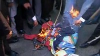 Pakistani lawyers burn effigies wrapped in French flag