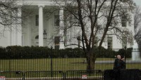 "Uniformed U.S. Secret Service officers are pictured on the north side of the White House in Washington January 26, 2015. The U.S. Secret Service recovered a small drone known as a ""quad copter"" on the south east grounds of the White House early on Monday,"