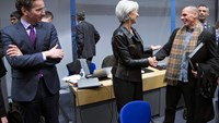 Eurogroup President Jeroen Dijsselbloem (L) looks at Greek Finance Minister Yanis Varoufakis (C) and International Monetary Fund (IMF) Managing Director Christine Lagarde (R) during an extraordinary euro zone Finance Ministers meeting to discuss Athens' p