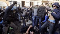 Feyenoord fans clash with police in Rome
