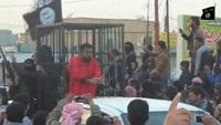 Islamic State parades captives in cages - video