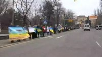 Hundreds link arms in Ukraine, unite for peace