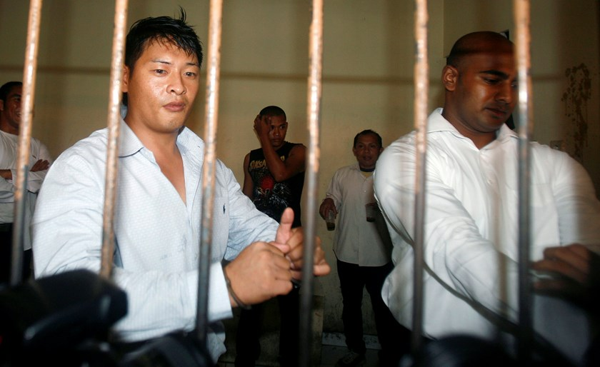 Australians Andrew Chan (L) and Myuran Sukumaran wait in a temporary cell for their appeal hearing in Denpasar District Court in Indonesia's resort island of Bali in this September 21, 2010 file photo. REUTERS/Murdani Usman/Files