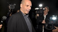 """Greek Finance Minister Yanis Varoufakis is surrounded by members of the media as he comments on the """"informal discussions"""" he had just concluded with the International Monetary Fund Managing Director Christine Lagarde, in Washington, April 5, 2015. Photo:"""