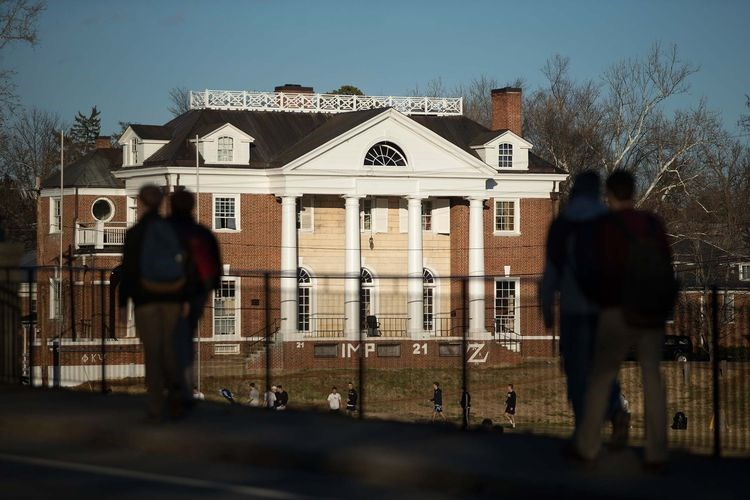 Students walk near the Phi Kappa Psi fraternity next to the University of Virginia (UVA) campus in Charlottesville, Virginia, on Jan. 16, 2015. Photo: Bloomberg