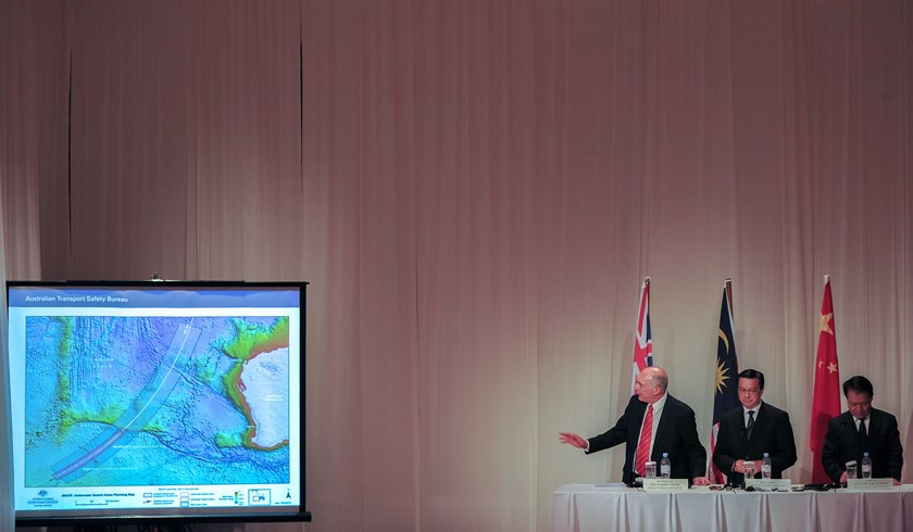 Australia's Deputy Prime Minister Warren Truss (L), shows an underwater search area planning map as Malaysia's Transport Minister Liow Tiong Lai (C) and Chinese Transport Minister Yang Chuantan (R) listen during the MH370 joint press conference. Photo: R