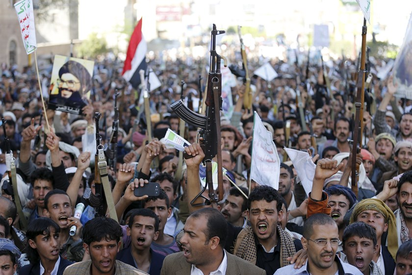 Followers of the Houthi group demonstrate against the Saudi-led air strikes in Sanaa April 22, 2015. Photo: Reuters