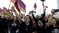 Armenians burn Turkish flag in rally commemorating 1915 killings