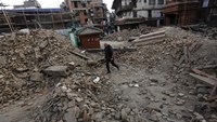 Desperate Nepalese sleep in open, seek help as aftershocks spread fear