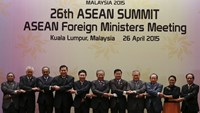 ASEAN leaders pose for a photo at the Foreign Ministers Meeting for the 26th ASEAN Summit in Kuala Lumpur, Malaysia, April 26, 2015. Malaysia is hosting the Summit from April 26 to April 27 in Kuala Lumpur and Langkawi. REUTERS/Olivia Harris
