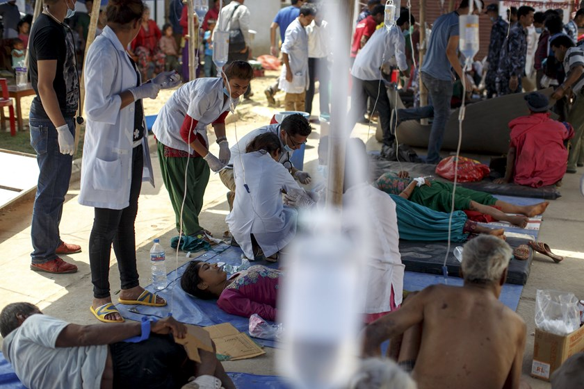 Earthquake victims receive medical treatment outside the overcrowded Dhading hospital, in the aftermath of Saturday's earthquake, in Dhading Besi, Nepal April 27, 2015. Photo: Reuters