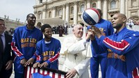 Pope meets the Harlem Globetrotters