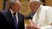Pope Francis (R) talks with Cuban President Raul Castro during a private audience at the Vatican May 10, 2015.Photo: Reuters