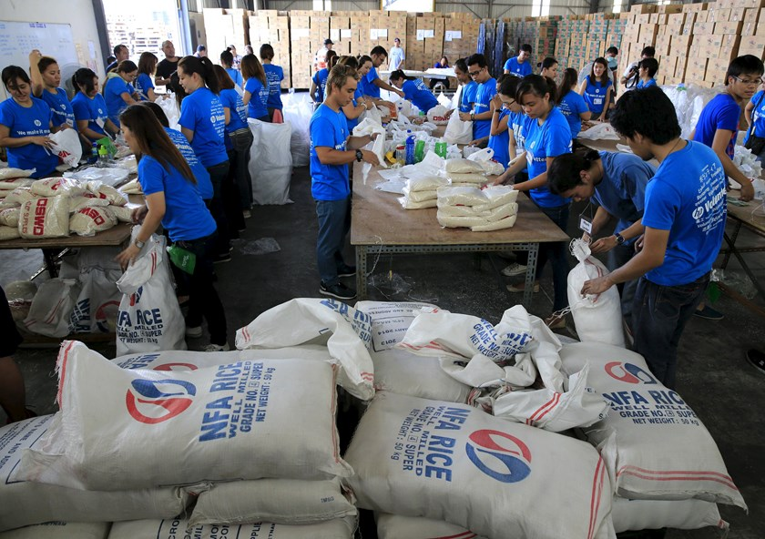 Volunteers repack food rations for victims of Typhoon Noul at the Department of Social Welfare Development (DSWD) headquarters in Pasay city, south of Manila May 9, 2015. Photo: Reuters