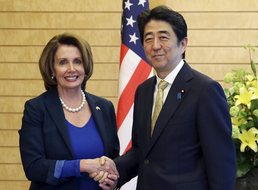 Japanese Prime Minister Shinzo Abe (R) shakes hands with U.S. Congress Democratic Party minority leader Nancy Pelosi prior to their meeting at Abe's official residence in Tokyo, May 8, 2015. Photo: Reuters