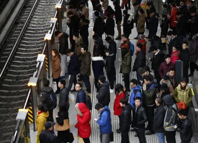 Passengers wait for a train at a platform of a subway station during a rush hour on the first working day after Chinese Lunar New Year holiday in Beijing, February 25, 2015. Photo: Reuters