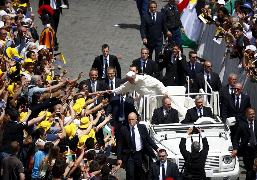 Pope Francis greets the faithful as he leaves at the end of the ceremony for the canonisation of four nuns at Saint Peter's square in the Vatican City, May 17, 2015. Photo: Reuters