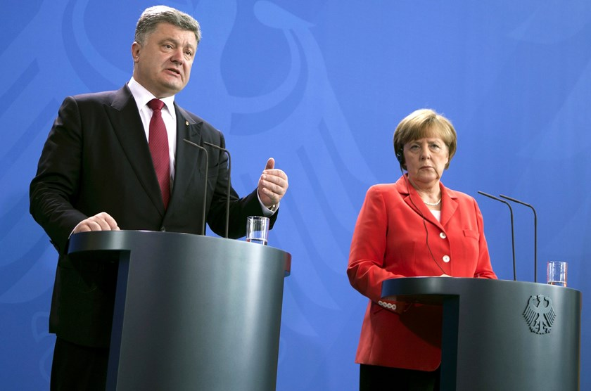 Ukraine's President Petro Poroshenko (L) speaks during news conference next to German Chancellor Angela Merkel after a meeting at the Chancellery in Berlin, Germany, May 13,  2015. Photo: Reuters