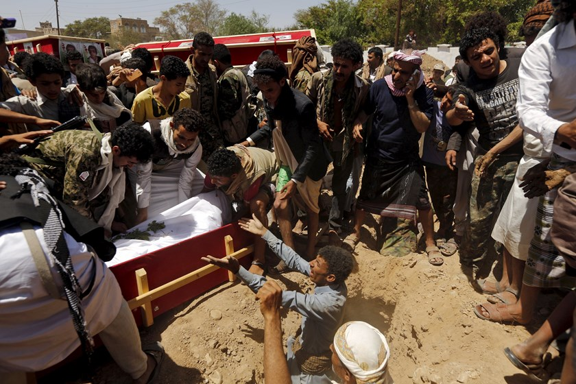 Houthi followers lower the body of a Houthi fighter in a coffin as they bury him in Sanaa May 15, 2015. Photo: Reuters