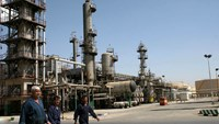 Workers seen at Tehran's main oil refinery south of Tehran. Photo: Reuters