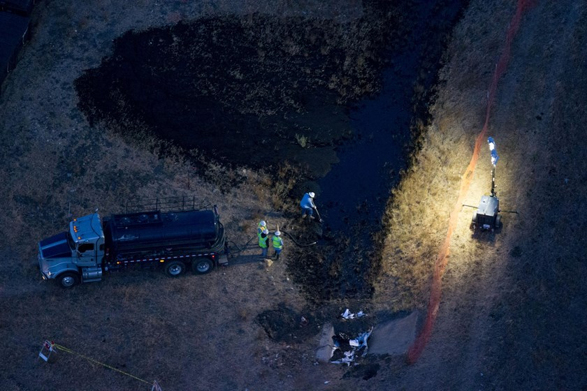 Workers clean up an oil leak that caused a slick in the Pacific Ocean along the coast of Refugio State Beach in Goleta, California, United States, May 19, 2015. A pipeline ruptured along the scenic California coastline on Tuesday, spilling some 21,000 gal