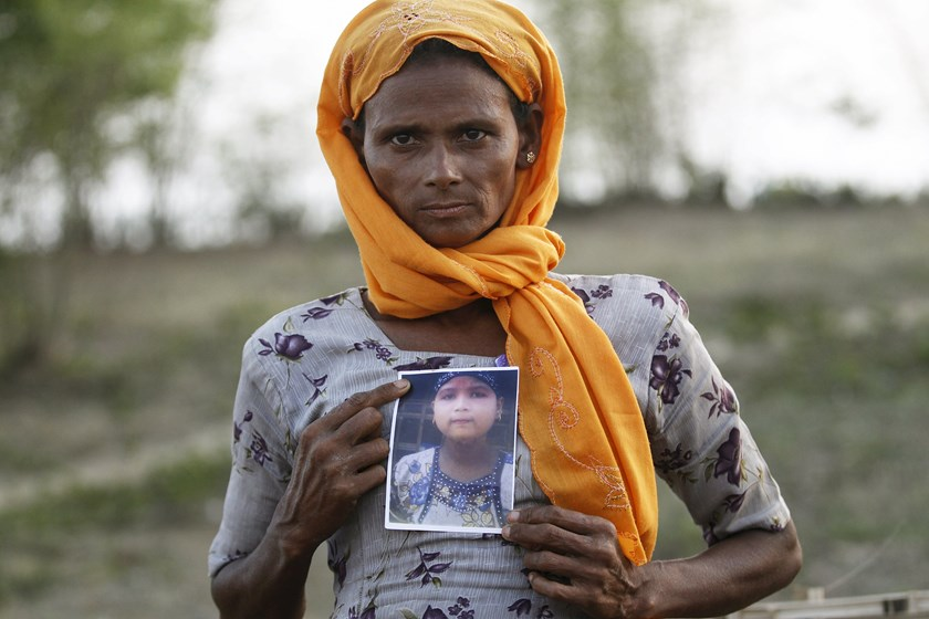 Rohiakar, a Rohingya Muslim woman, shows a picture of her daughter Saywar Nuyar, 22, who is being held by a human trafficker, at a refugee camp outside Sittwe, Myanmar May 21, 2015. Picture taken May 21, 2015. Photo: Reuters