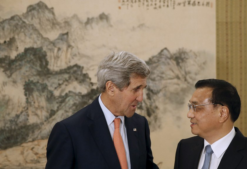 U.S. Secretary of State John Kerry (L) speaks with Chinese Premier Li Keqiang at the Zhongnanhai Leadership Compound in Beijing, China, May 16, 2015. Photo: Reuters
