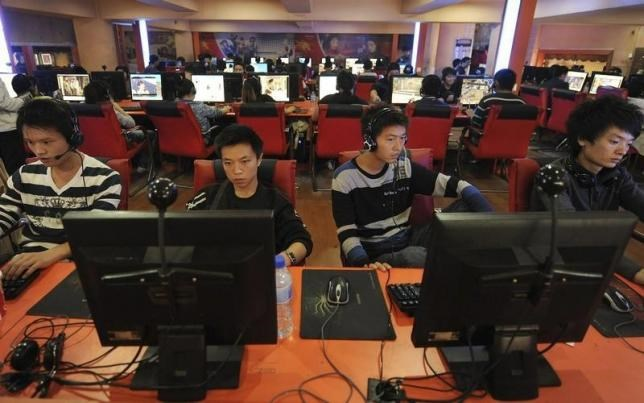 People use computers at an Internet cafe in Hefei, Anhui province. REUTERS/STRINGER/FILES