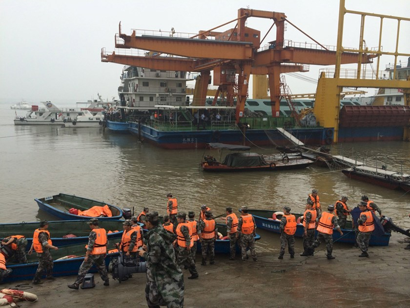 Rescue workers are seen near the site where a ship sank, in the Jianli section of the Yangtze River, Hubei province, China, June 2, 2015. Photo: Reuters