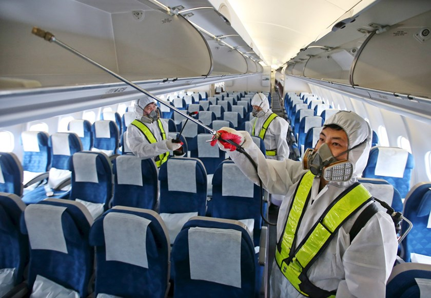 Employees from Korean Air disinfect the interior of its airplane in Incheon, South Korea, June 5, 2015. Photo: Reuters