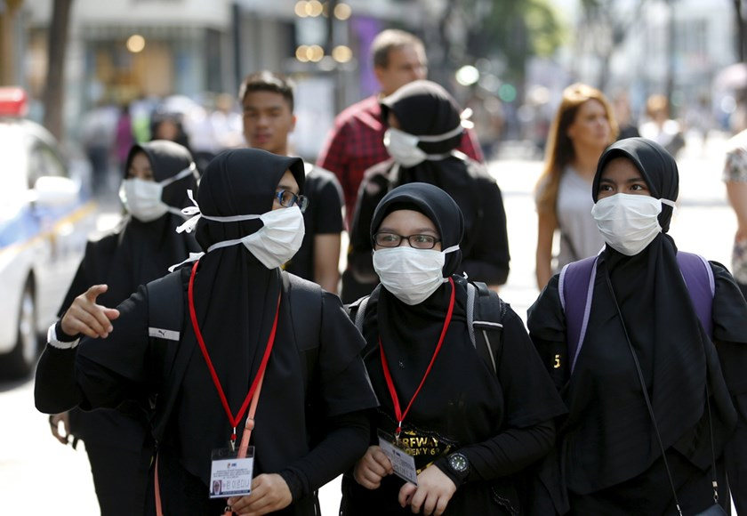 Tourists wearing masks to prevent contracting Middle East Respiratory Syndrome (MERS) walk at Myeongdong shopping district in central Seoul, South Korea, June 10, 2015. Photo: Reuters