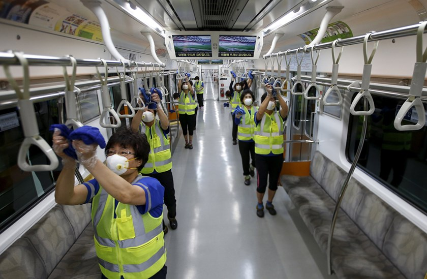 Workers wearing masks disinfect the interior of a subway train at a Seoul Metro's railway vehicle base in Goyang, South Korea, June 9, 2015. Photo: Reuters