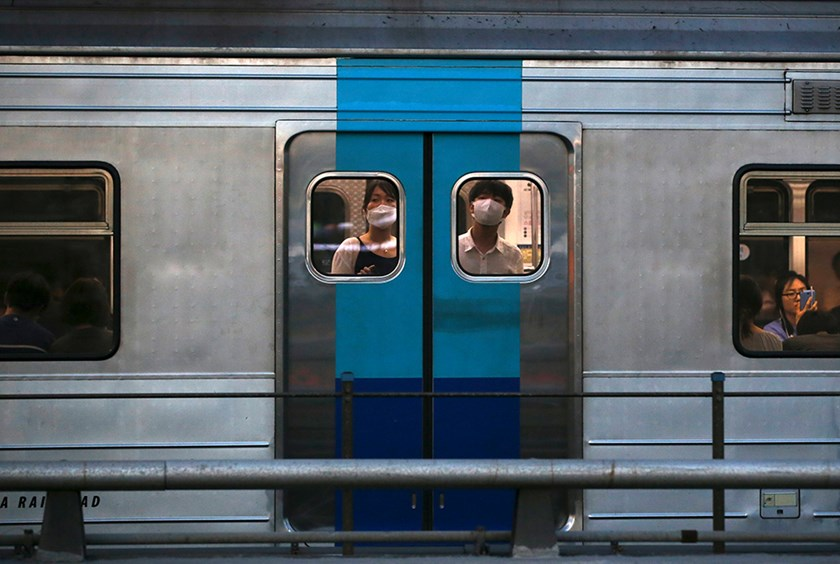Passengers wearing masks to prevent contracting Middle East Respiratory Syndrome (MERS) look out from a subway train in Seoul, South Korea, June 12, 2015. Photo: Reuters