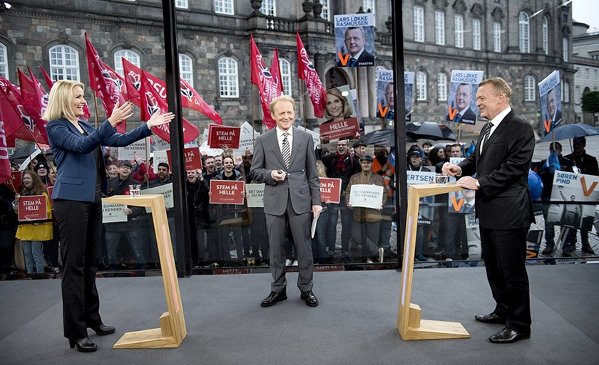 Supporters of both parties cheer for their candidates as Danish Prime Minister Helle Thorning-Schmidt (L) and opposition leader Lars Lokke Rasmussen attend their first one-on-one debate. Photo: Reuters