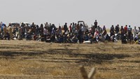 Syrians fleeing Islamic State wait at Turkish border