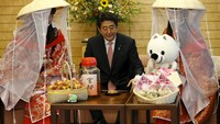 Japan's Prime Minister Shinzo Abe (C) meets with Miss Plum Fuyuka Baba (R) and Miss Plum Kozue Kimoto, who are representing the Kishu Plum Organization, at Abe's official residence in Tokyo June 5, 2015. Photo: Reuters