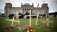 Symbolic funeral in Berlin to protest treatment of migrants