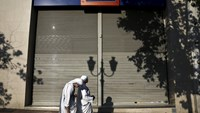 Catholic nuns make their way past a closed Eurobank branch in Athens, Greece June 29, 2015.  REUTERS/Alkis Konstantinidis