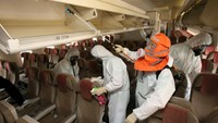 Employees from Asiana Airlines disinfect the interior of its airplane in Incheon, South Korea, June 4, 2015. REUTERS/Park Ji-ho/Yonhap