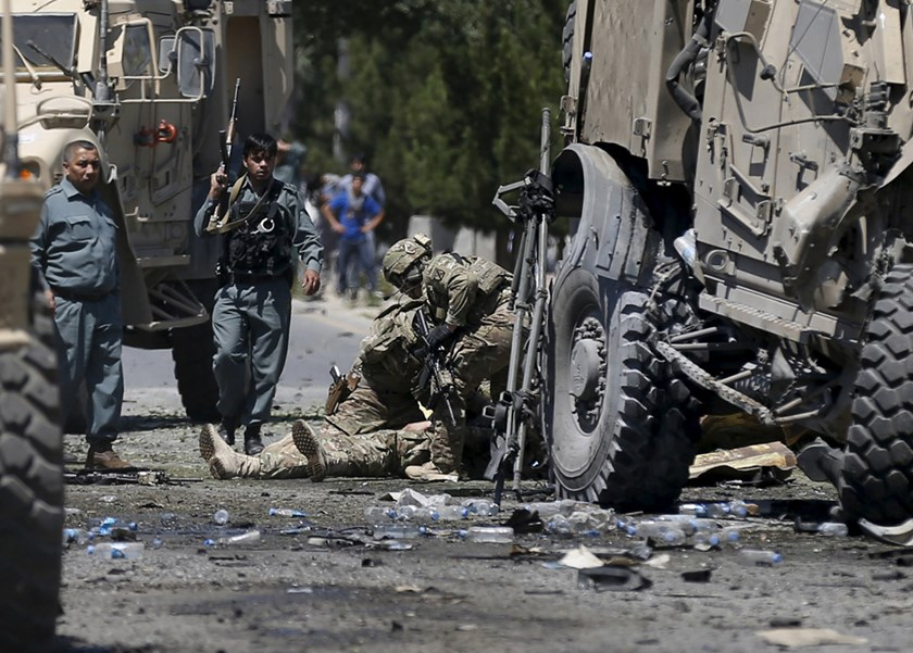 U.S. soldiers attend to a wounded soldier at the site of a blast in Kabul, Afghanistan June 30, 2015.  Photo: Reuters/Mohammad Ismail