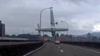 Taiwan crash pilot 'pulled the wrong throttle'