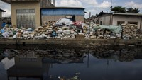 A polluted river flows past a workshop used for processing plastic components of electronic waste at the township of Guiyu in China's southern Guangdong province June 10, 2015. Photo: Reuters