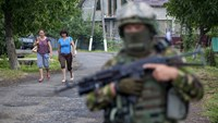 Tense peace holds in divided Ukraine