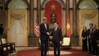 US Secretary of State John Kerry (L) and Vietnam's President Truong Tan Sang shake hands before a meeting at the Presidential Palace in Hanoi on August 7, 2015. Photo: AFP