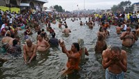 Thousands of Hindus take holy dip