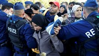 Hungarian police pepper spray migrants at border town