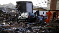 Chileans pick through debris after powerful quake; 11 dead