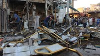 Iraqis clean up after deadly bomb attacks