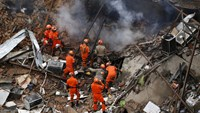 Rio explosion injures eight, levels buildings