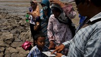 Indonesians struggle to turn mud into money